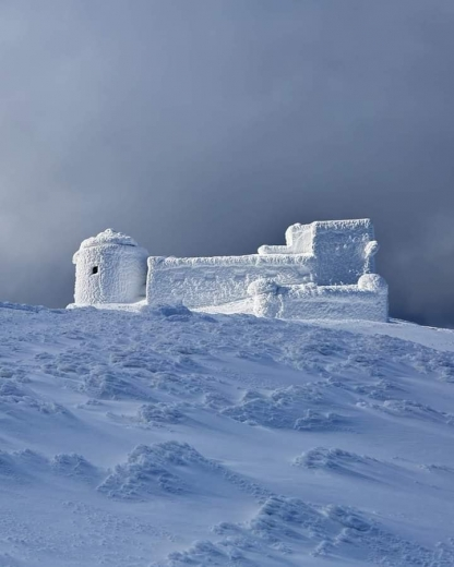 До пів метра снігу за добу намело в Карпатах: ФОТО з гори Піп Іван