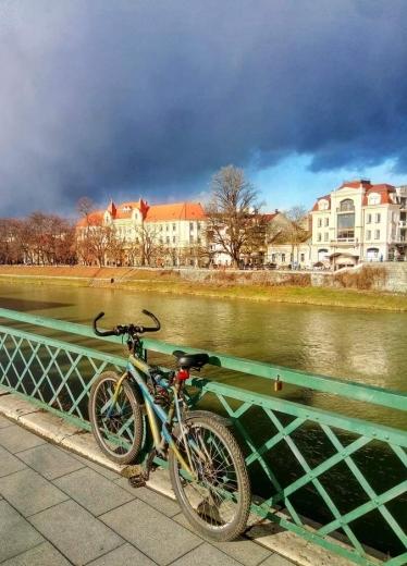 Драматичне небо Ужгорода: користувачі соцмереж поділилися дивовижними світлинами