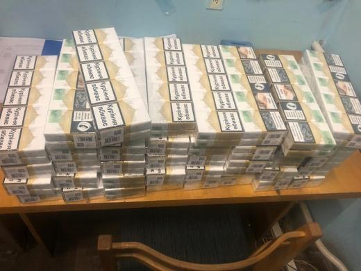 """У ПП """"Лужанка"""" у чоловіка знайшли 400 пачок сигарет у сумці, які, за його словами, він взяв у подарунок (ФОТО)"""