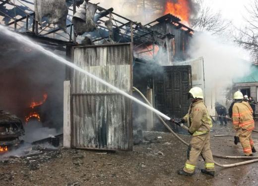 Пожежа на Закарпатті: у районному центрі горіла автомайстерня