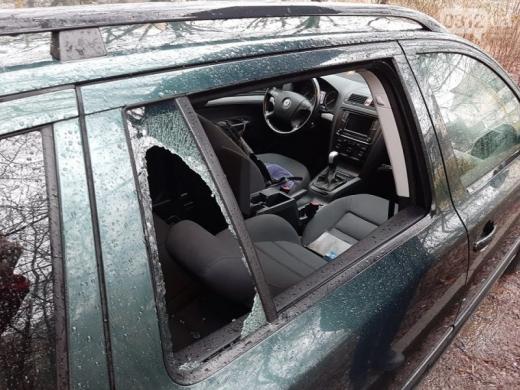 Викрали речі та пошкодили салон: пограбування автівки знову сталося в Ужгороді