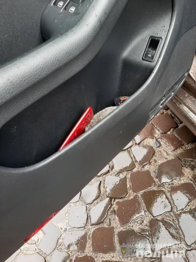Переслідував автівкою, а потім - украв телефон: закарпатські поліціянти оперативно затримали грабіжника