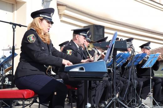 Музиканти оркестру поліції Закарпаття привітали жінок із Днем 8 Березня