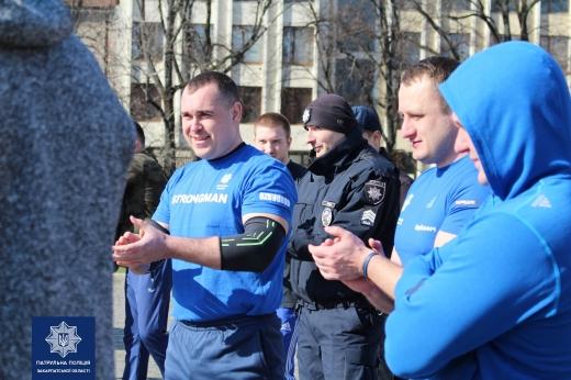 Закарпатські патрульні визначали найсильнішого у змаганнях зі стронгмену (фоторепортаж)