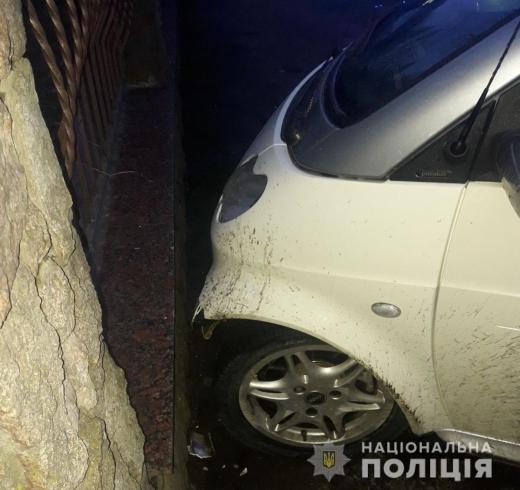 У Хусті неверезий водій скоїв ДТП на чужій автівці і чинив опір поліцейському