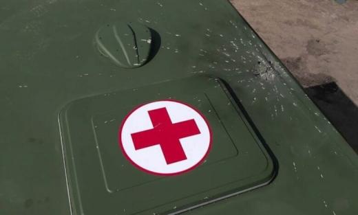 На Донбасі бойовики скинули з безпілотника на військово-медичний автомобіль вибухівку — штаб