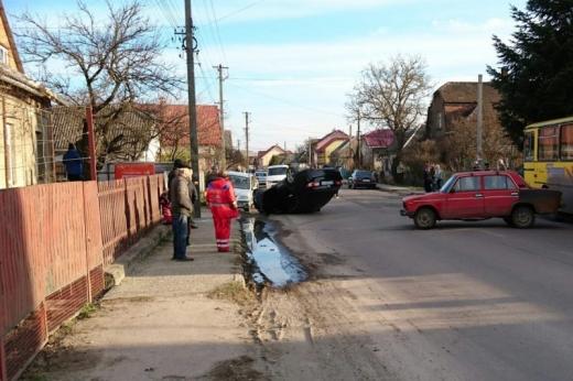 Аварія за участі двох автомобілів сталася в Ужгороді: один із водіїв утік з місця ДТП