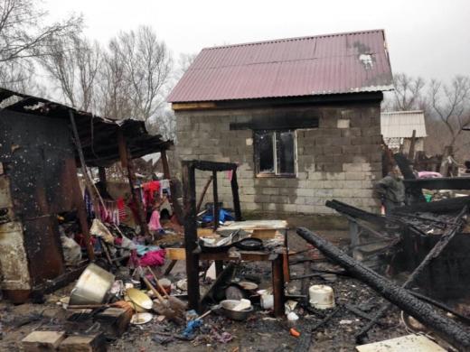 В Ужгороді вогнеборці ліквідували пожежу і врятували від загорання сусідські будинки
