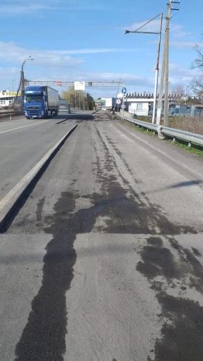 """У безлюдному через карантин пункті пропуску """"Тиса"""" почали ремонтувати дорогу (ФОТО)"""