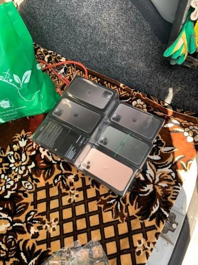 На кордоні з Румунією у водія знайшли 19 прихованих нових телефонів iPhone (ФОТО)