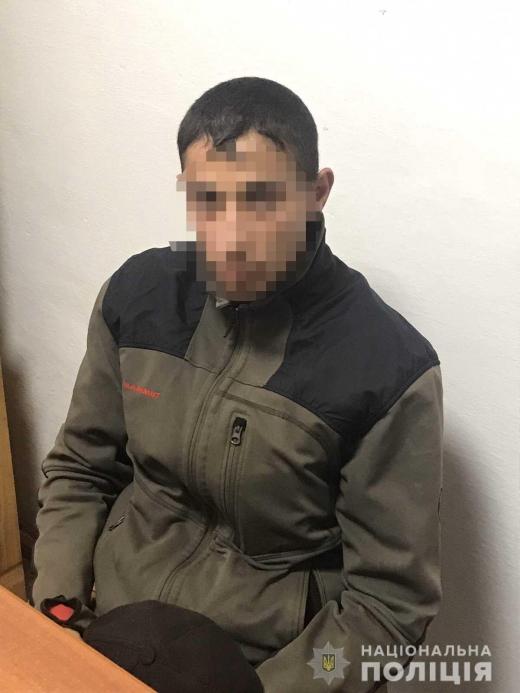 У Хусті молодик пограбував чоловіка з обмеженими можливостями