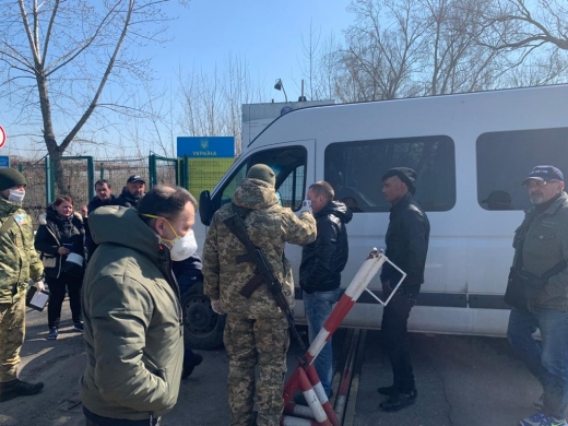 Закарпатські прикордонники забезпечують доставку українців з території Угорщини