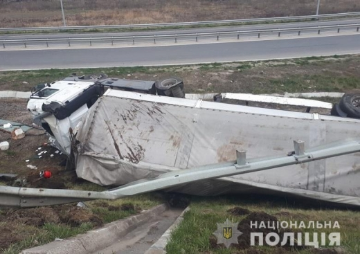 Закарпатець потрапив в аварію на Львівщині: вантажівка з'їхала в кювет та перекинулася