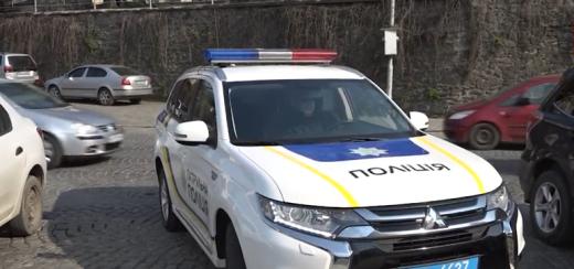 В Ужгороді патрульна поліція сповіщає мешканців міста про умови карантину через гучномовці (ВІДЕО)