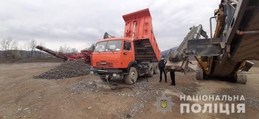 Незаконне видобування природних матеріалів на Закарпатті: поліціянти проводять перевірку