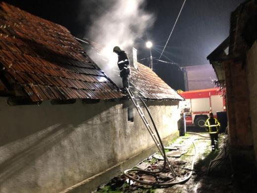Під час гасіння пожежі у Хусті вогнеборці врятували 36-річного власника будинку