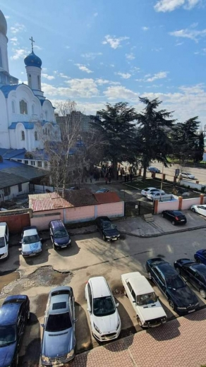 Мешканці Закарпаття, попри заклики залишатися вдома, відвідують недільні служби у храмах