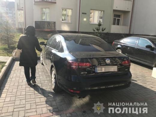 Підсів у машину з ножем: в Ужгороді пограбували жінку