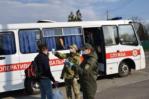 """У ПП """"Тиса"""" ажіотаж, проте прикордонники запевняють, що пропуск громадян не припиняється"""