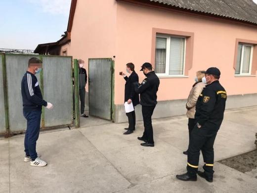 Закарпатські патрульні перевіряють громадян на дотримання умов самоізоляції (ФОТО)