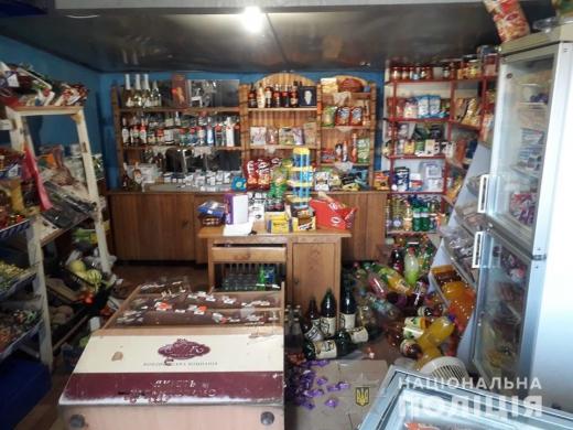 У Берегові неповнолітній вночі обікрав магазин на 6000 гривень: виніс горілку та цигарки