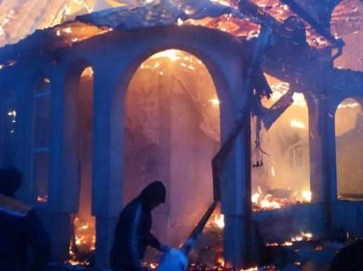 У Білій Церкві на Рахівщині ліквідували пожежу в житловому будинку (фото)