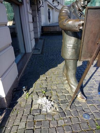 Чергова скульптурка зникла на площі Театральній в Ужгороді