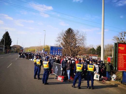 Через пункт пропуску «Чоп» (Тиса) людей перевозять комунальним транспортом Ужгорода (ФОТО)