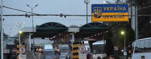 Величезнi черги утворилися на одному iз пуктiв пропуску через масове повернення людей з-за кордону