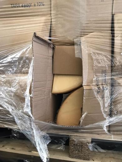 """У ПП """"Тиса"""" у вантажному автомобілі «MAN» серед меблевої фурнітури виявили приховані сири та консерви"""