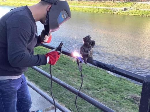 В Ужгород повернувся Швейк: скульптурку знову встановили на перилах біля річки