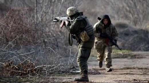 На Донбасі внаслідок обстрілів український військовий загинув, ще один дістав бойове ураження — штаб
