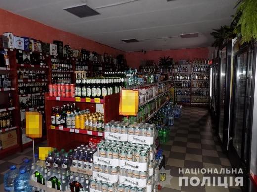 Троє чоловіків в Ужгороді вкрали з магазину елітний алкоголь і касовий апарат