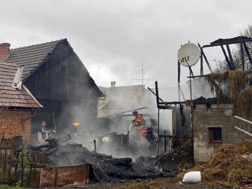 Пожежа на Рахівщині: знищено дроварню, літню кухню, покрівлю хліва і стіну сусідського будинку