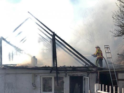 Хустські рятувальники ліквідували пожежу одразу в двох житлових будинках