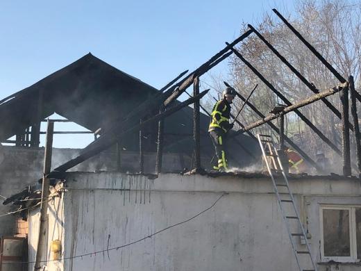 Хустські рятувальники ліквідували пожежу одразу в двох житлових будинках (ФОТО)