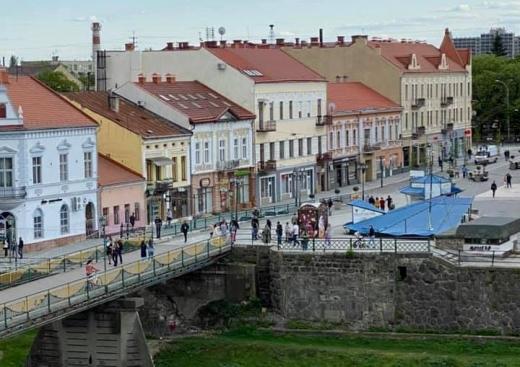 Попри карантин: у мережі показали фото велелюдного центру Ужгорода