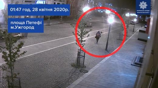 Трощив лопатою вітрини і автомобілі: в Ужгороді затримали агресивного чоловіка (ВІДЕО)