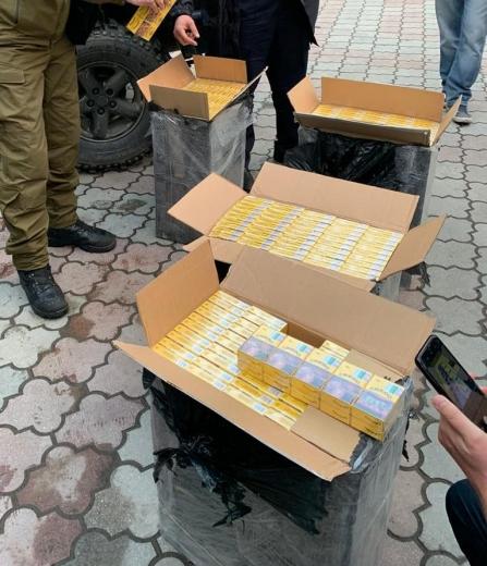 На околиці Рахова зупинили авто, у якому було 2 тисячі безакцизних пачок сигарет