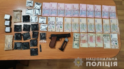 В Ужгороді затримали 26-річного чоловіка з великою партією марихуани та зброєю (ФОТО)