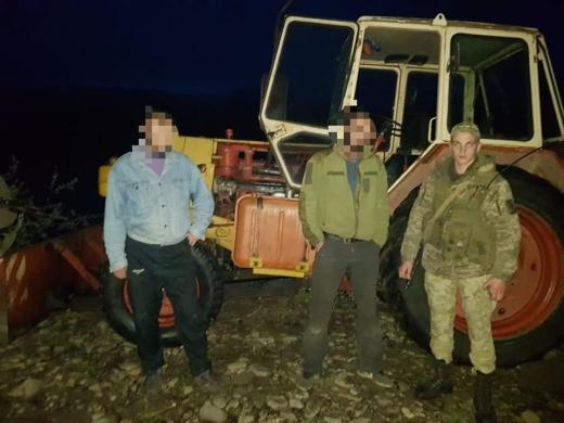На Рахівщині прикордонники затримали чоловіків, які незаконно видобували піщано-гравійну суміш (ФОТО)