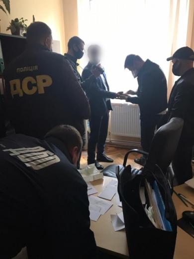 За вимагання хабара затримали закарпатського чиновника