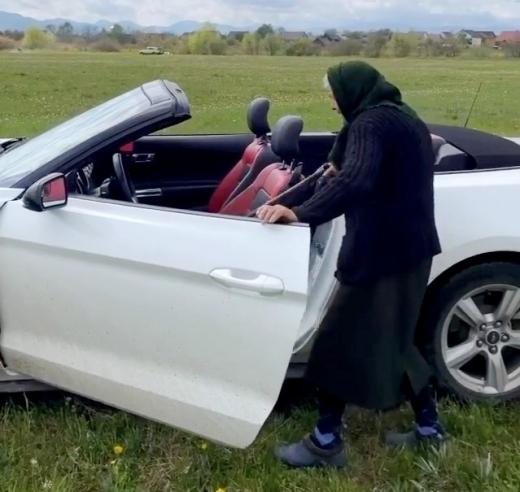 Відео дня: бабця із Закарпаття вчиться їздити на кабріолеті Ford Mustang