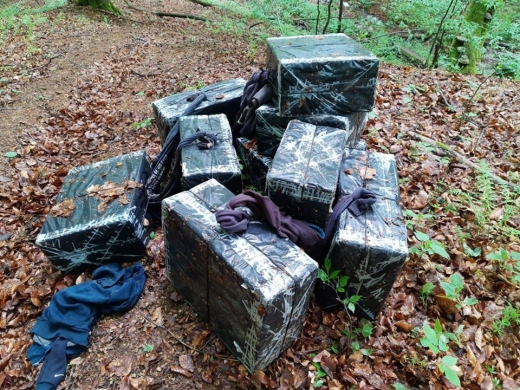 Поблизу кордону закарпатські прикордонники знайшли пакунки з контрабандою