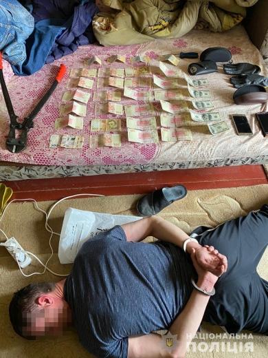 У Мукачеві поки господарі спали злодії вкрали готівку, записи з камер спостереження та елітне авто
