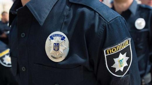 Не втримався на ногах: патрульні надавали чоловіку допомогу в Ужгороді
