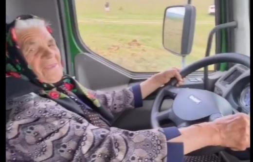 Знаменита закарпатська бабця, яка вчилася їздила на Мустангу, опановує вантажівку (ВІДЕО)