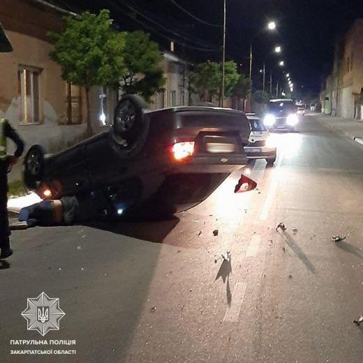 Нічна ДТП в Ужгороді: водій  Chevrolet не впорався з керуванням