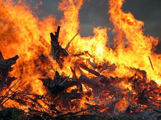 Пожежа на Закарпатті: через електричний розряд загорілося ромське поселення
