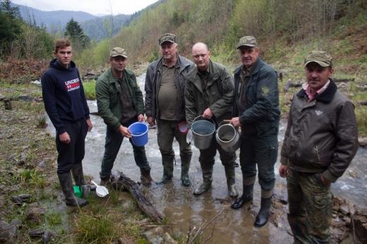 На Закарпатті розпочалося весняне зариблення гірських річок: опубліковано ФОТО